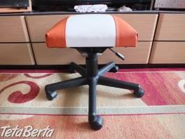 Predám stoličku na kolieskach ku klavíru. Fotky napovedia viac a sú tam aj jej rozmery. Čalúnenie je koženka, oranžová s bielou.  , Dom a záhrada, Stoly, pulty a stoličky  | Tetaberta.sk - bazár, inzercia zadarmo