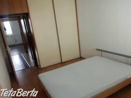 Prenájom kompletne zariadený slnečný 4-izbovy byt s balkónom na Vyšehradskej ulici v Petržalke. Byt sa nachádza na